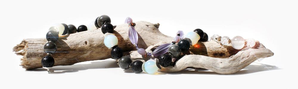 Halskette mit grossen Perlen auf Holz Wurzel Ast